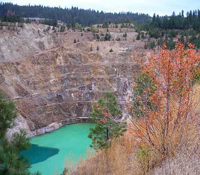 Midnite Mine uranium pit filled with hevy metal-contaminated water.